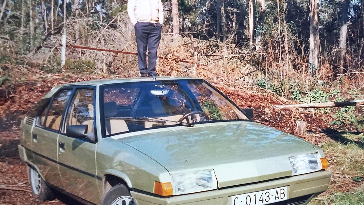 El autor, en una fotografía en la que parece subido sobre el techo de un coche.     // LA OPINIÓN