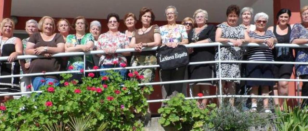 """Las integrantes de """"Les Ayalgues"""", en el exterior de la Casa de Encuentros de Mujeres de Carreño."""