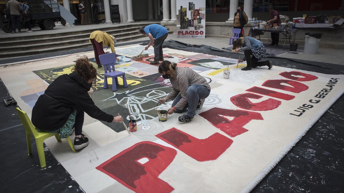 Un moment de la pintada col·lectiva del gran mural proposada per El Galliner