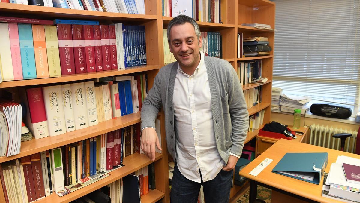 Xulio Ferreiro, en su despacho en la facultad