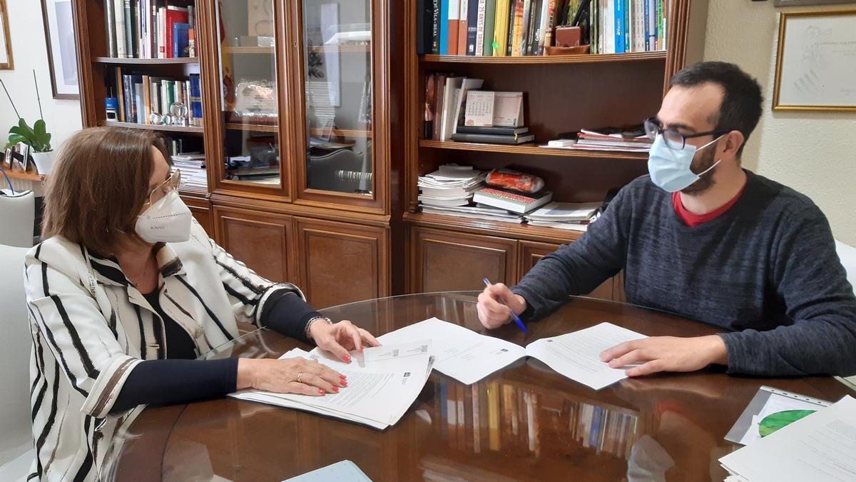 La alcaldesa de Benicarló, Xaro Miralles, junto al concejal de Economía y Hacienda, Carlos Flos.