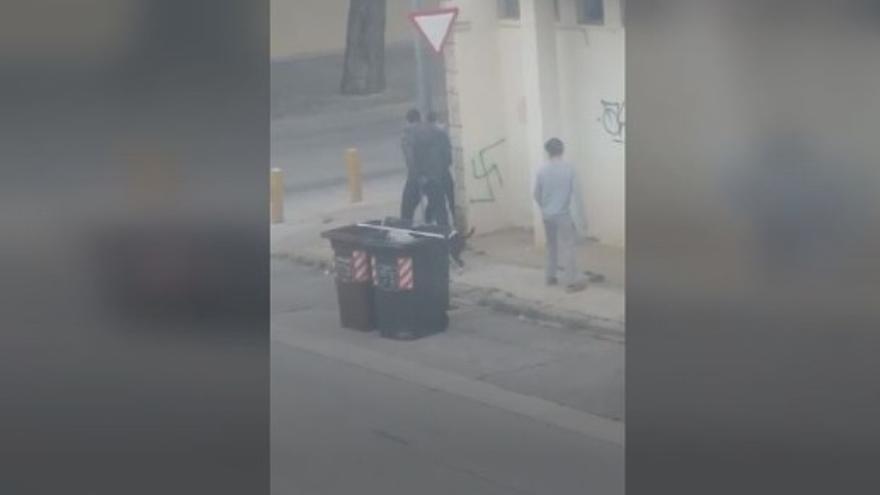 Pillan al acusado de realizar 700 pintadas nazis cuando dibujaba una esvástica en Valencia