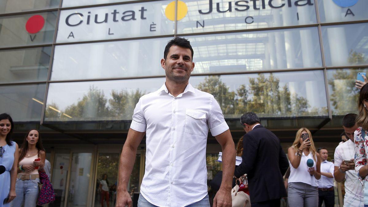 Javier Santos en la puerta de la Ciutat de la Justícia de València