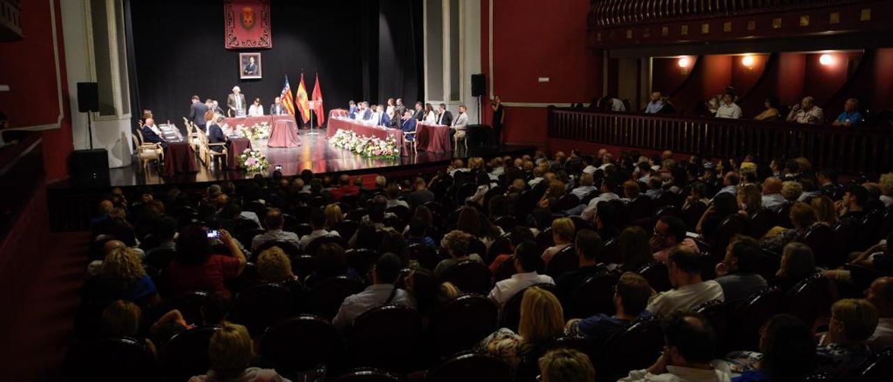 El pleno de investidura de la nueva Corporación de Elda se celebró por primera vez en el Teatro Castelar.