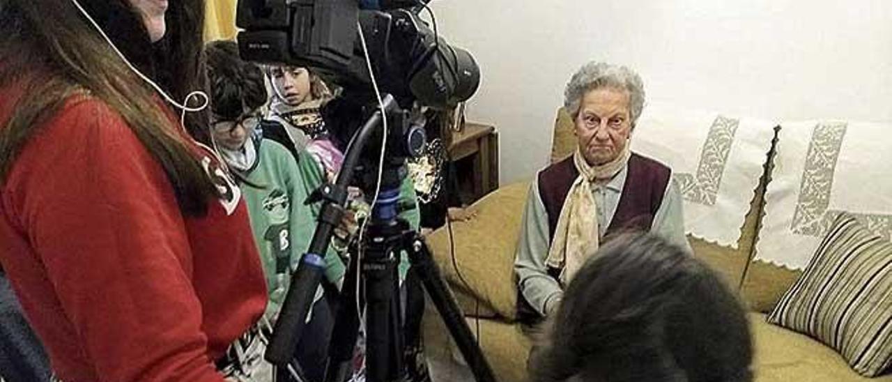 Alba Bestard enregistrant Francisca Suau, collidora.