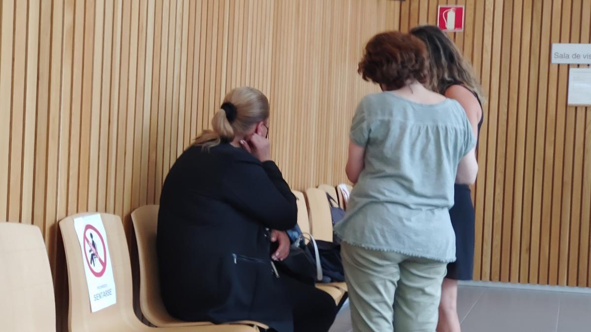 La acusada, sentada de espaldas, en un descanso de la vista oral.