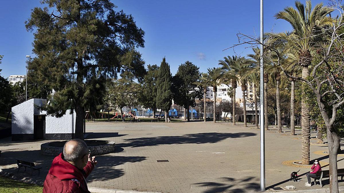 José Luis Fernández, en la explanada principal de entrada al Parque de San Miguel, con poca sombra y muchas palmeras.