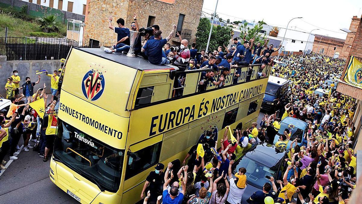 El autobús del Villarreal recorre las calles de la ciudad. / Efe