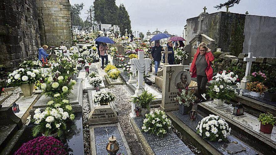 Santa Mariña de Dozo se viste de flores para recordar a los que ya no están