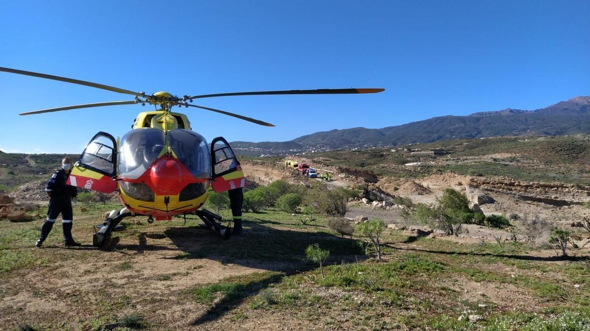 El helicóptero que acudió al rescate de la mujer.