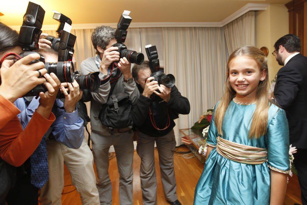 Carmen, asediada por los fotógrafos.