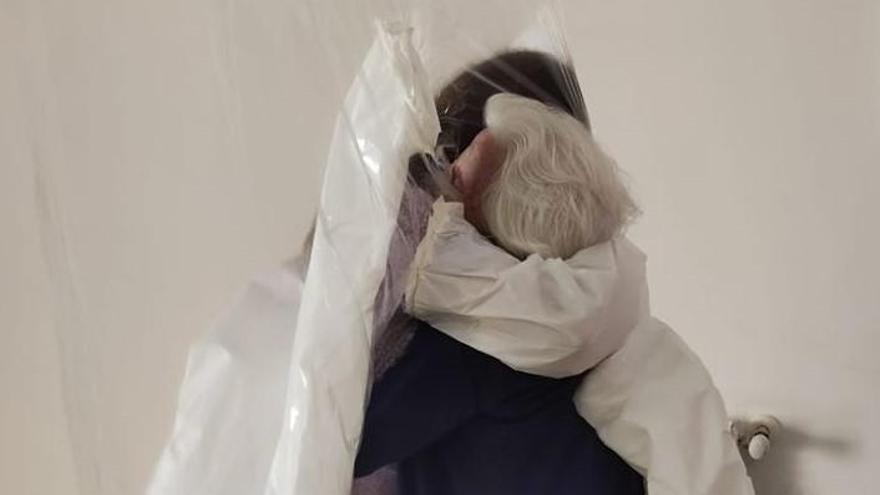 El abrazo más esperado entre una abuela y su nieta en la residencia de Vilafranca