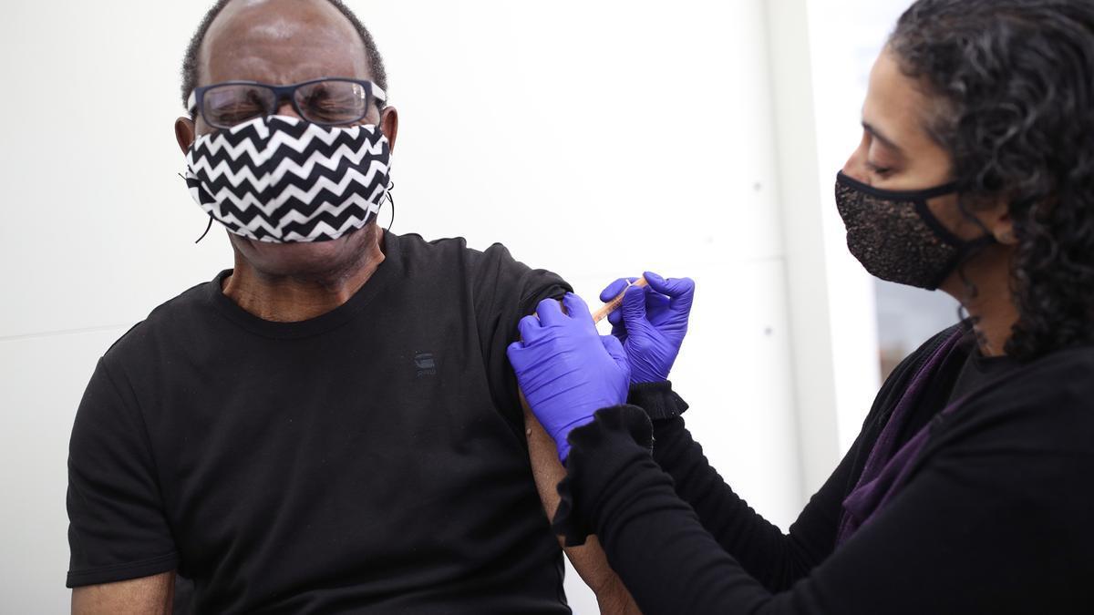 Un hombre vacunándose contra la covid.