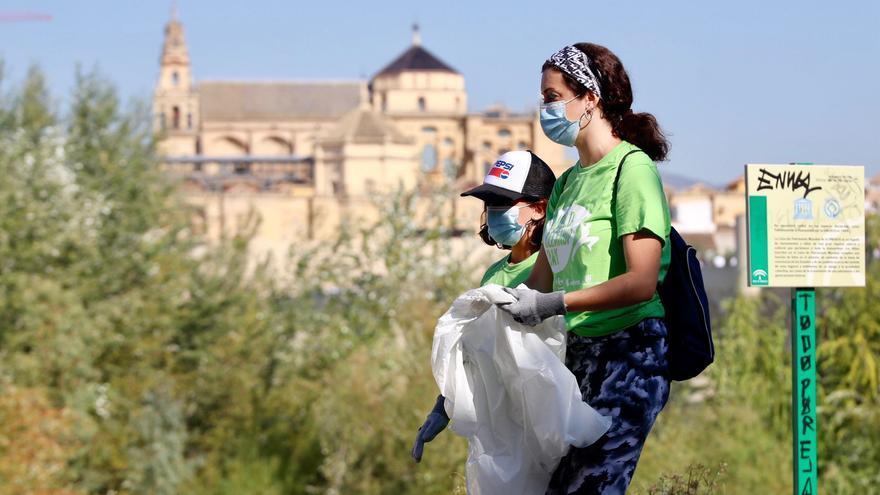 El centro comercial La Sierra se suma al World Clean Up Day con una jornada de limpieza en el río