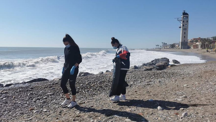 Los plásticos se imponen entre la basura que se encuentra en las playas de Nules