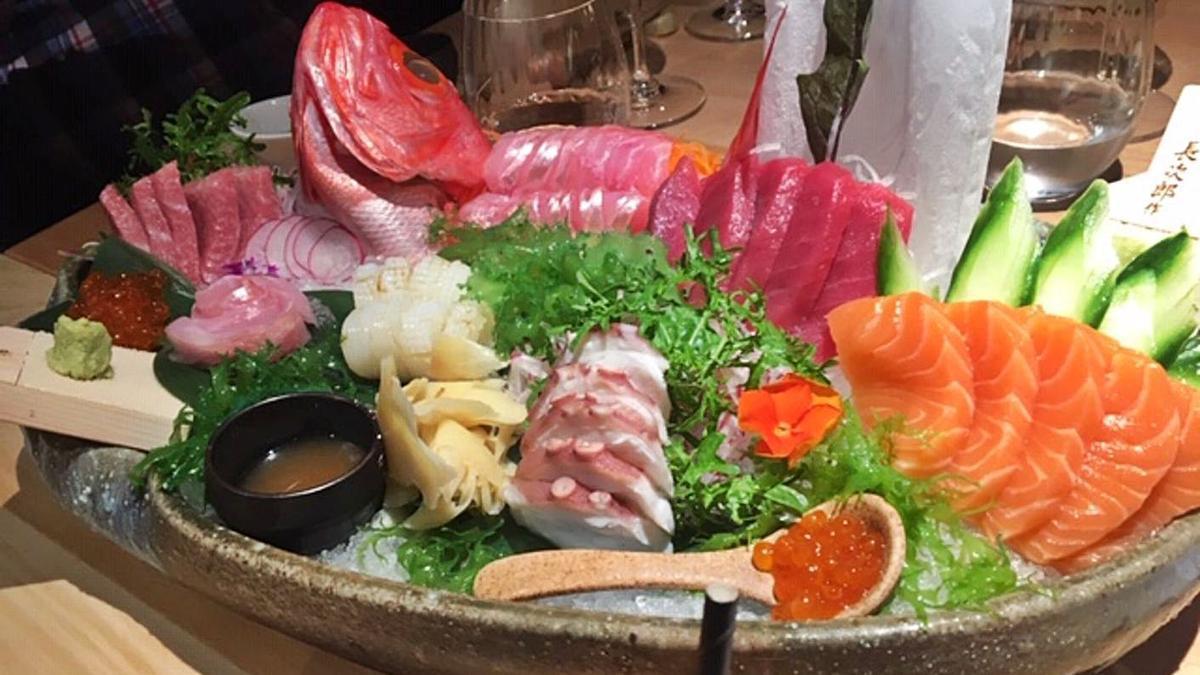Deliciosos cortes de sashimi de diferentes pescados: alfonsiño en su espiuna, pulpo, atún, calamar, salmón...