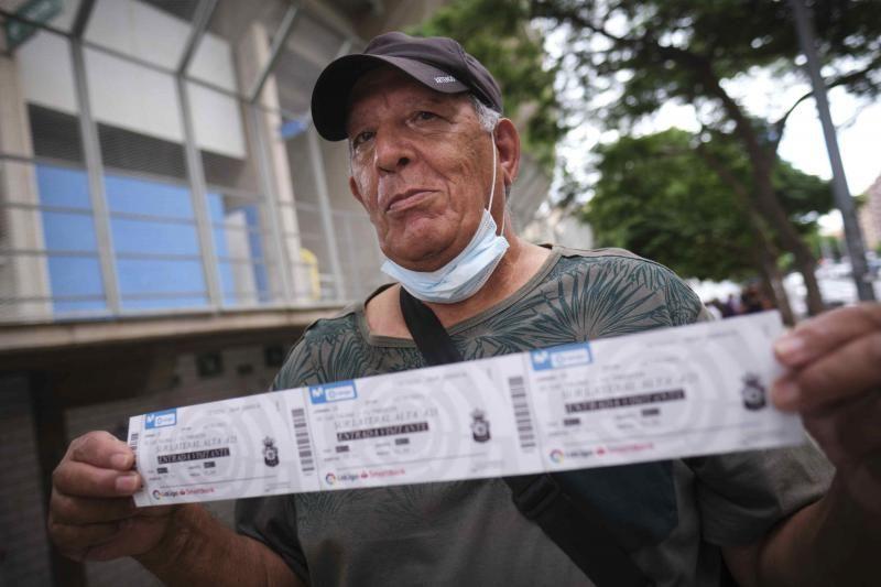 Colas para las entradas del derbi entre la UD Las Palmas y CD Tenerife