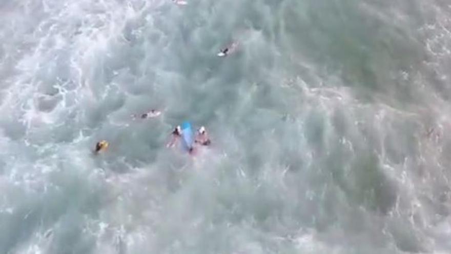 Un dron guía el rescate de un bañista en Famara