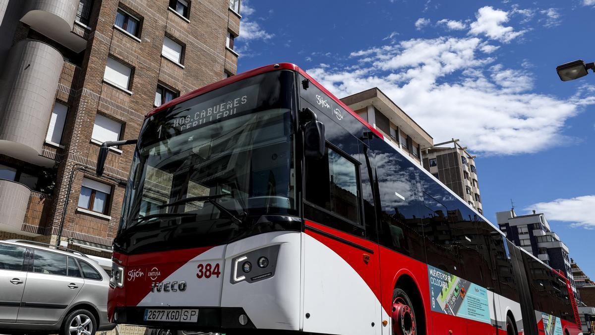 Autobús municipal por la calle Ezcurdia de Gijón