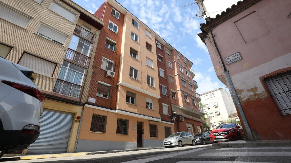 El hombre amenazó con tirarse desde la cuarta planta de este edificio de Zaragoza.