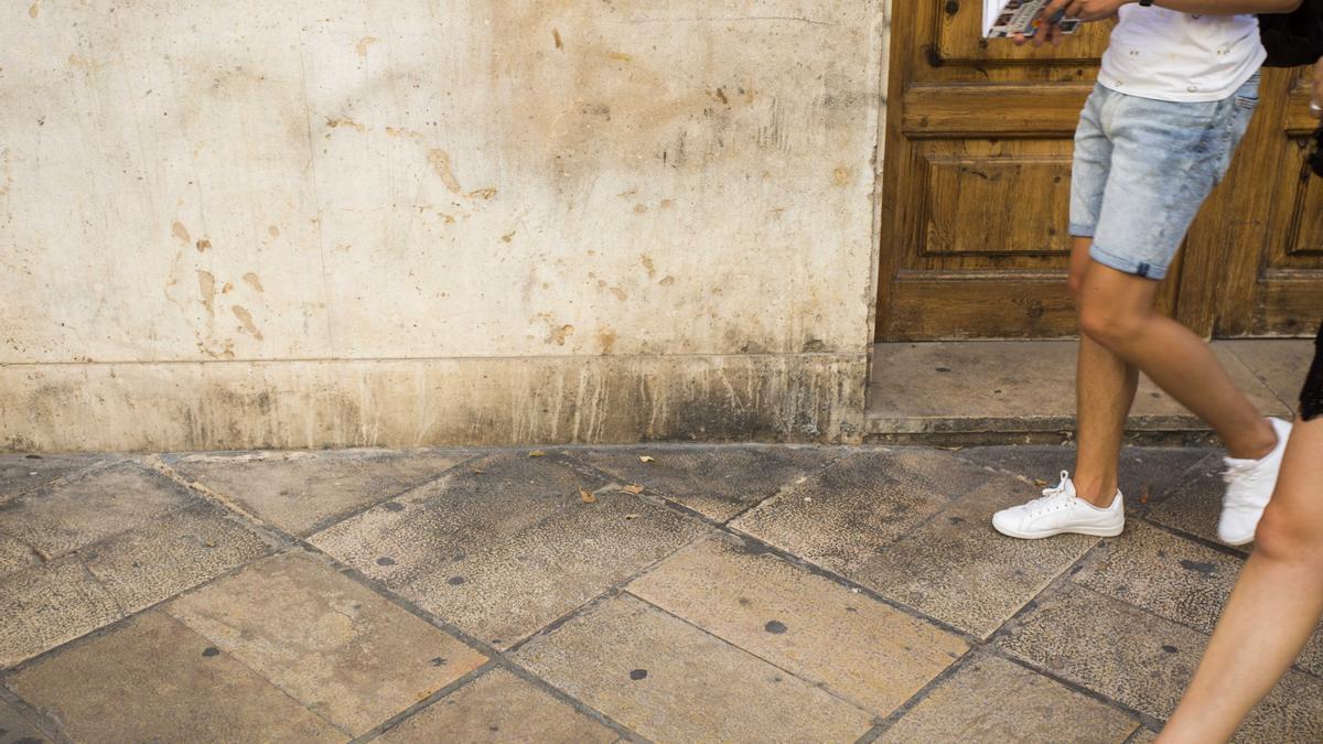 Chicles pegados en el suelo de una céntrica calle de València.