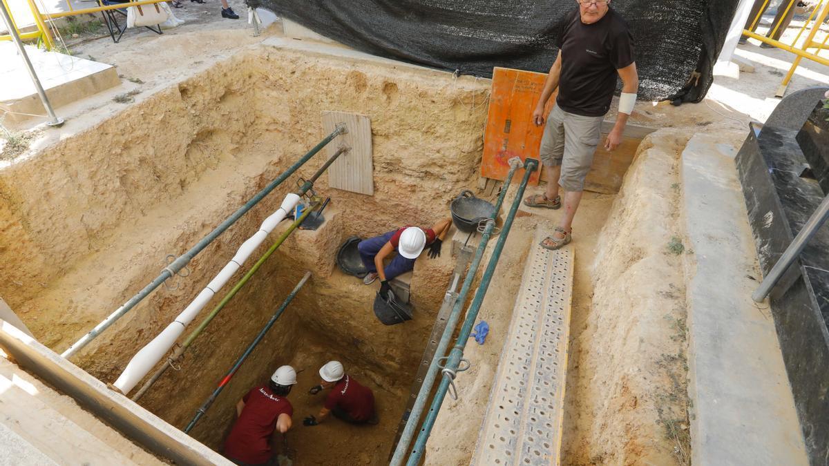 Excavación en la Fosa 128 a cuatro metros de profundidad