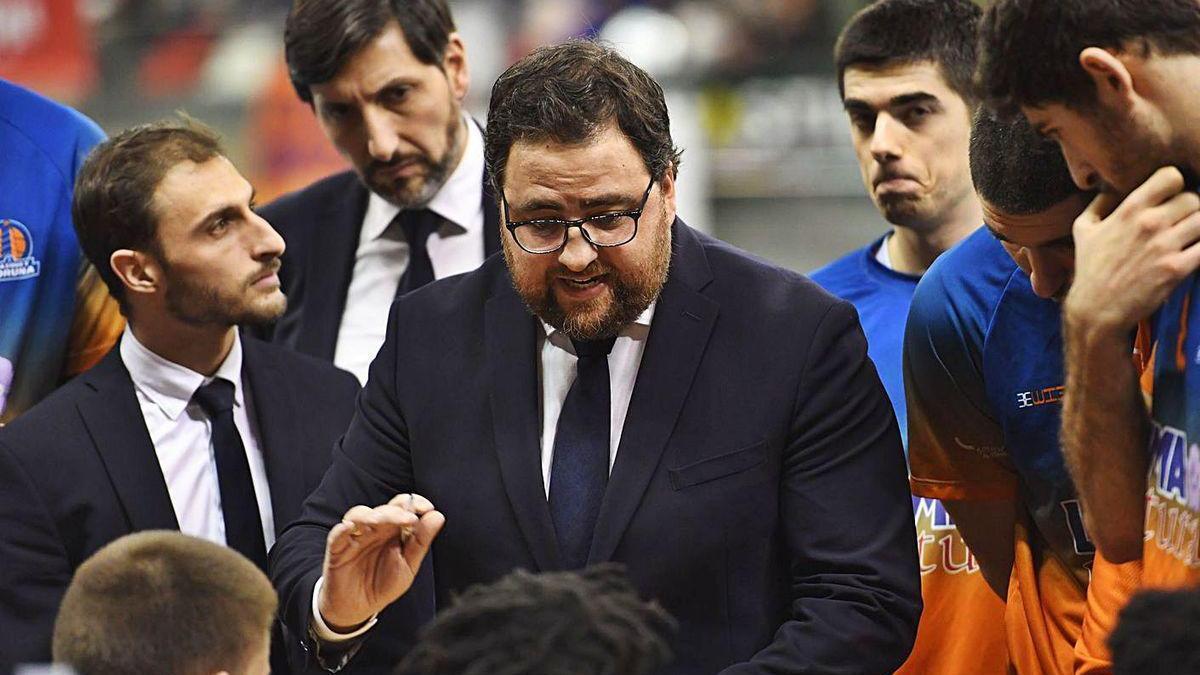 Sergio García habla con sus jugadores en un tiermpo muerto en Riazor.