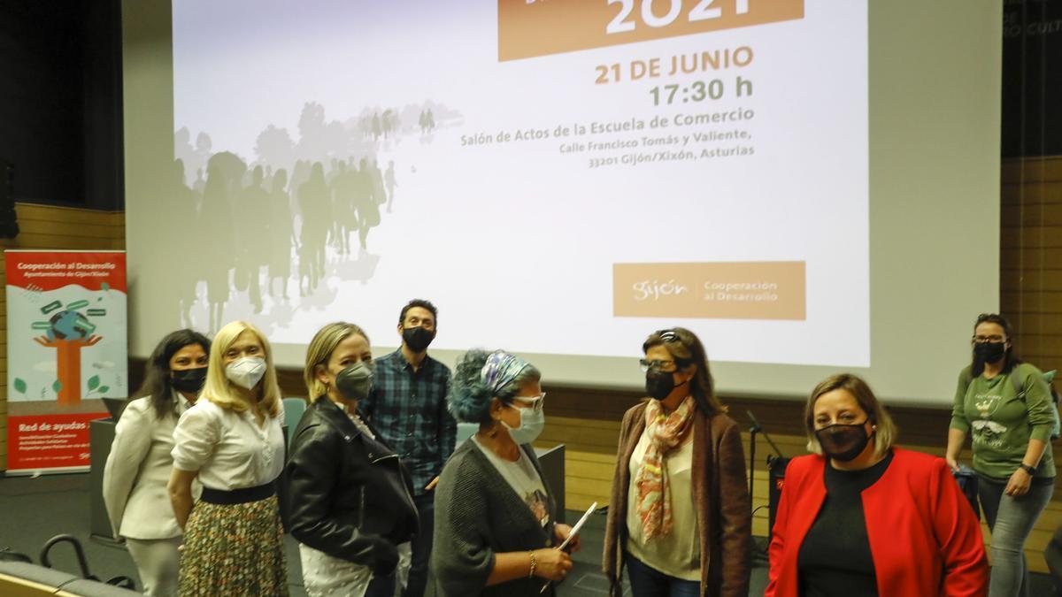 Por la izquierda, Dina Carmona, Salomé Díaz, Beatriz Coto, Juan Chaves, María Jackeline Rojas, Mara Simal y Carmen Saras, en el acto.