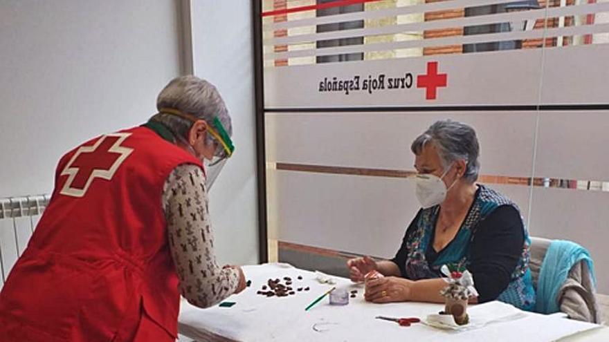 Cruz Roja realiza un taller en el que las participantes confeccionan adornos navideños con material reciclado
