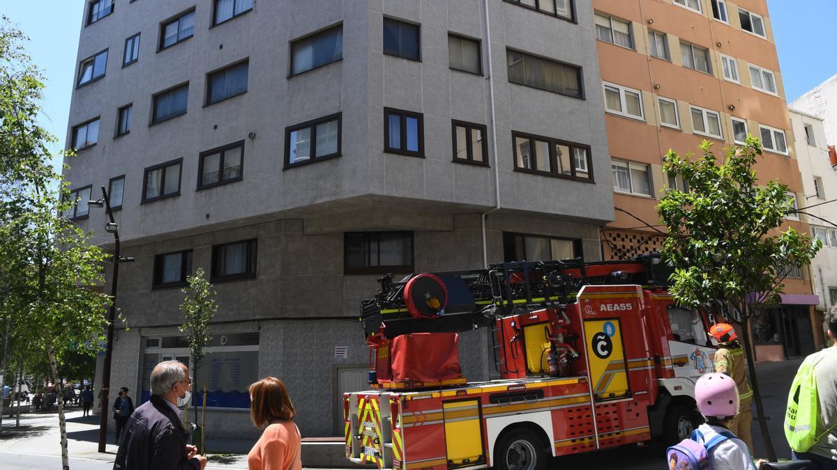 Bomberos de A Coruña en un edificio del callejón de Atocha Baja.