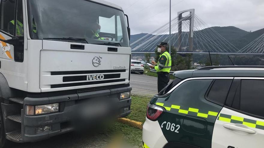 El camión de la Guardia Civil recorre cada día 250 km y detecta 20 infracciones graves