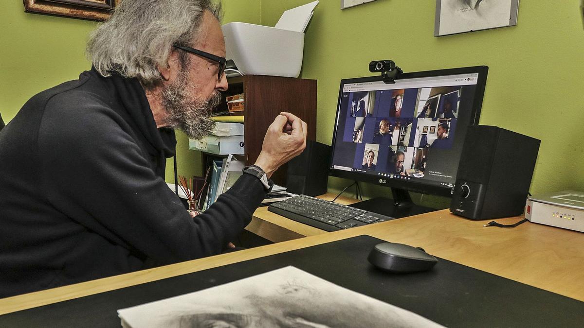 El artista y profesor Carlos Merchán da  explicaciones a un grupo de alumnos de pintura de las Aulas de la Tercera Edad del Ayuntamiento de Alcoy. | JUANI RUZ