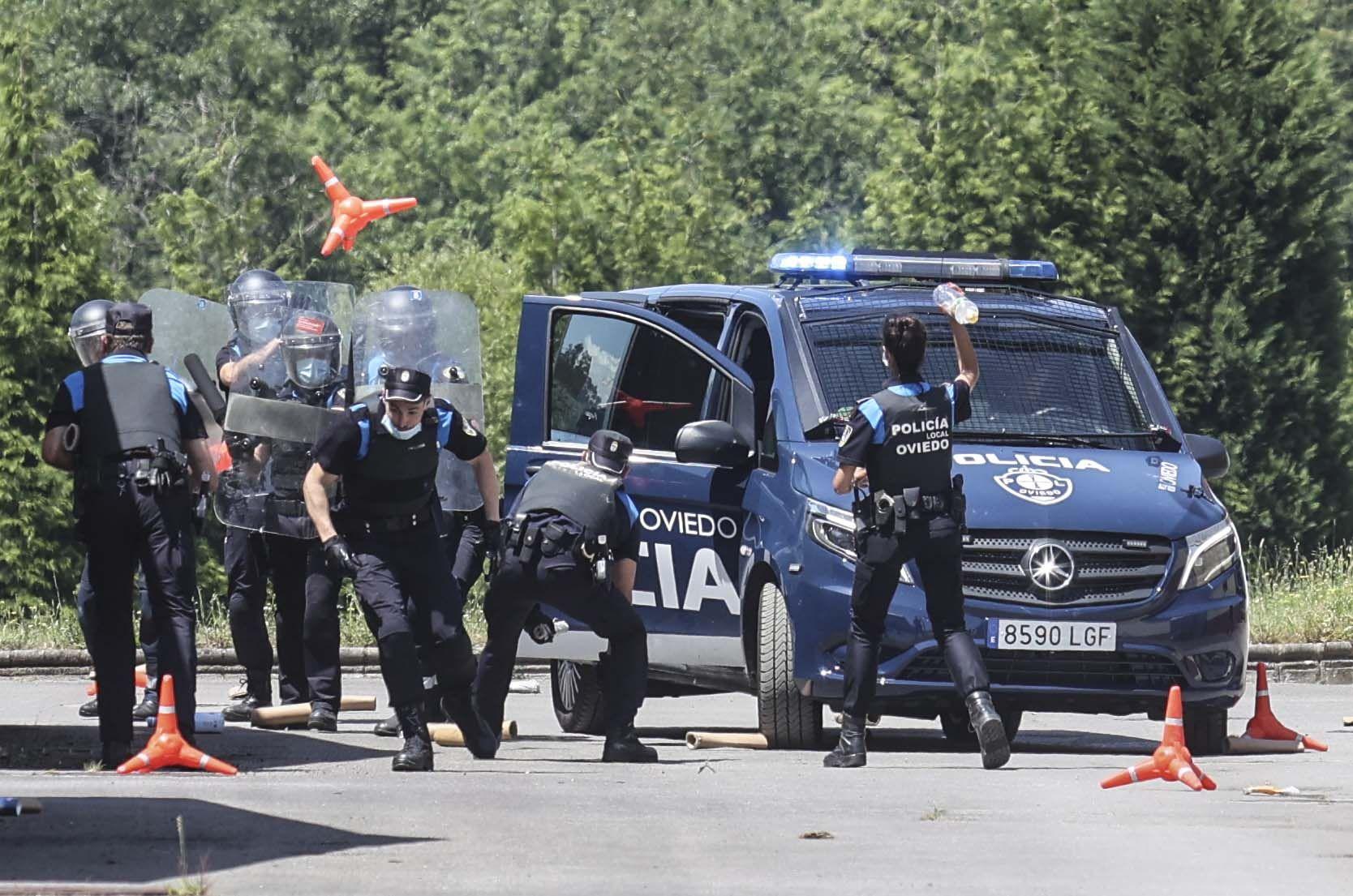 Los agentes simulando un ataque con objetos como el del Paraguas.