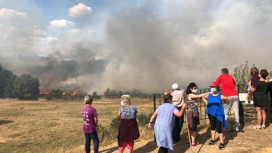 Vecinos de Domez, en el fuego de Lober