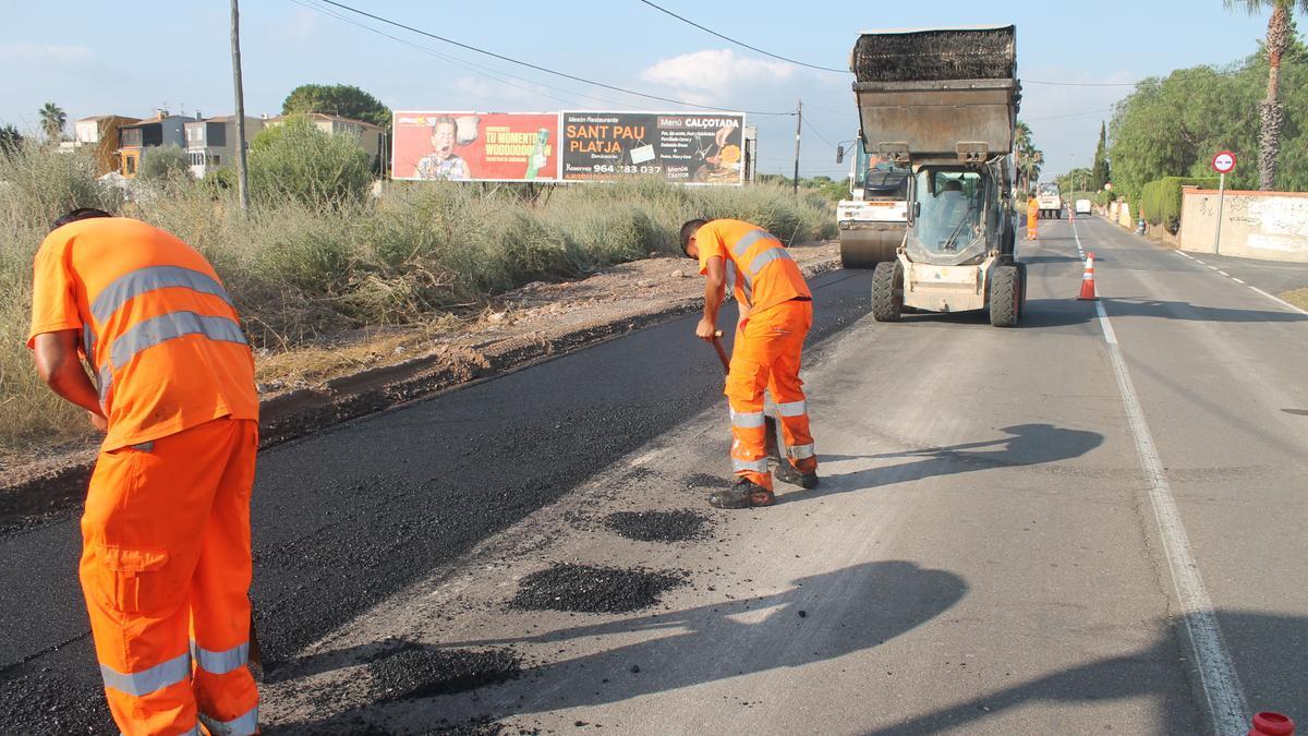 Operarios realizando el trabajo de asfaltado en el Camino Serradal.