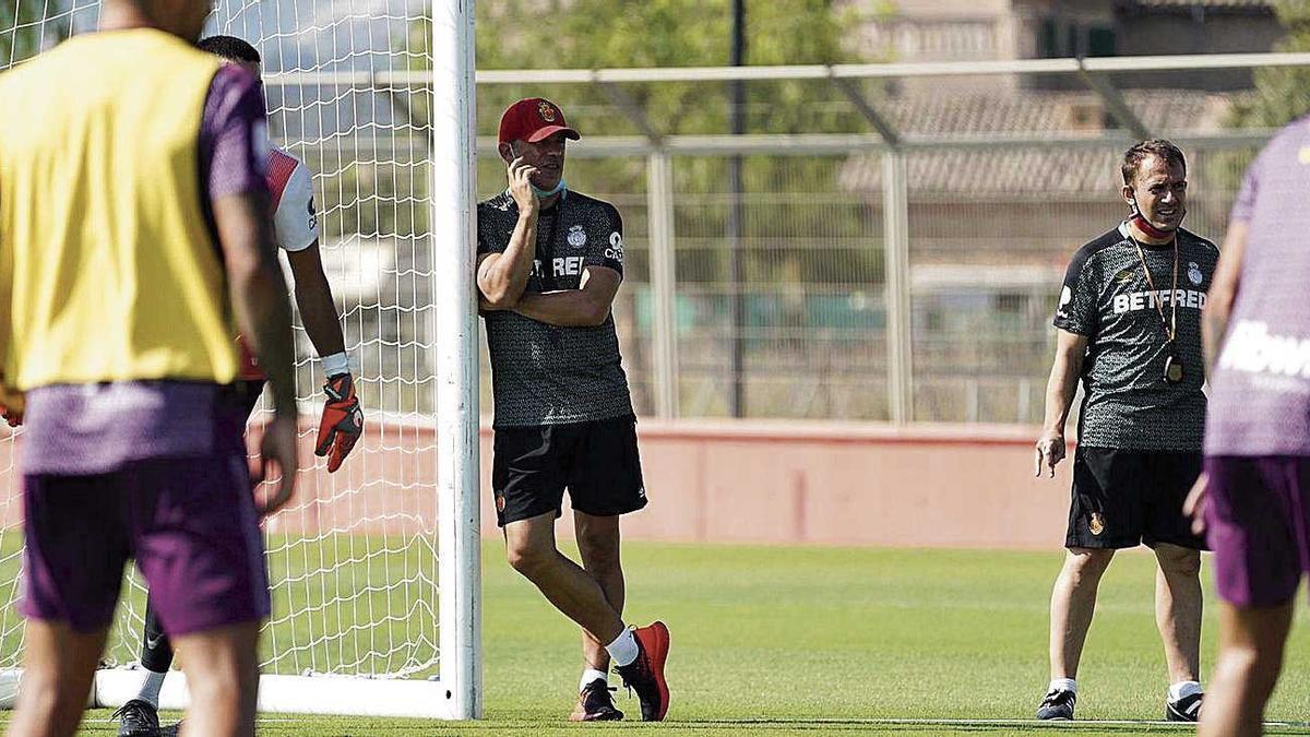 Luis García observa a  sus jugadores durante el entrenamiento.