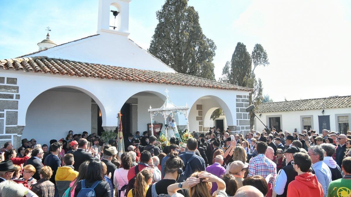 Miles de personas celebran en La Jara la romería de la Virgen de Luna