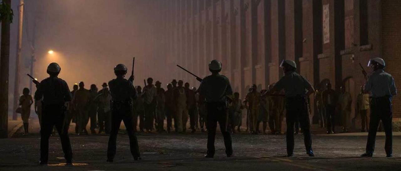 """Los disturbios llenan de violencia las imágenes de """"Detroit""""."""