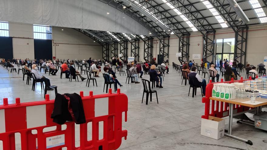 Vacunación masiva en Vigo: largas colas en Ifevi con más de 4.000 citados