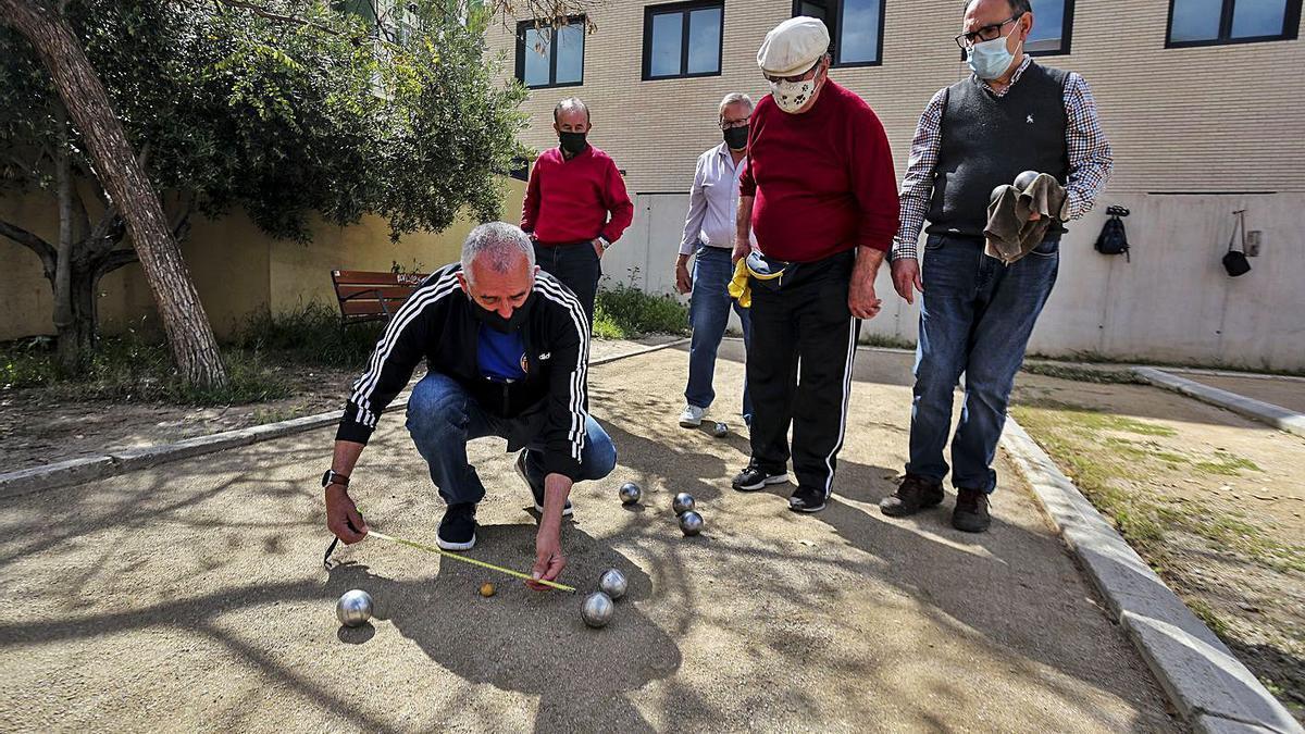 Varias personas mayores juegan a la petanca en un parque tras recibir la vacuna a final de abril. | FRANCISCO CALABUIG