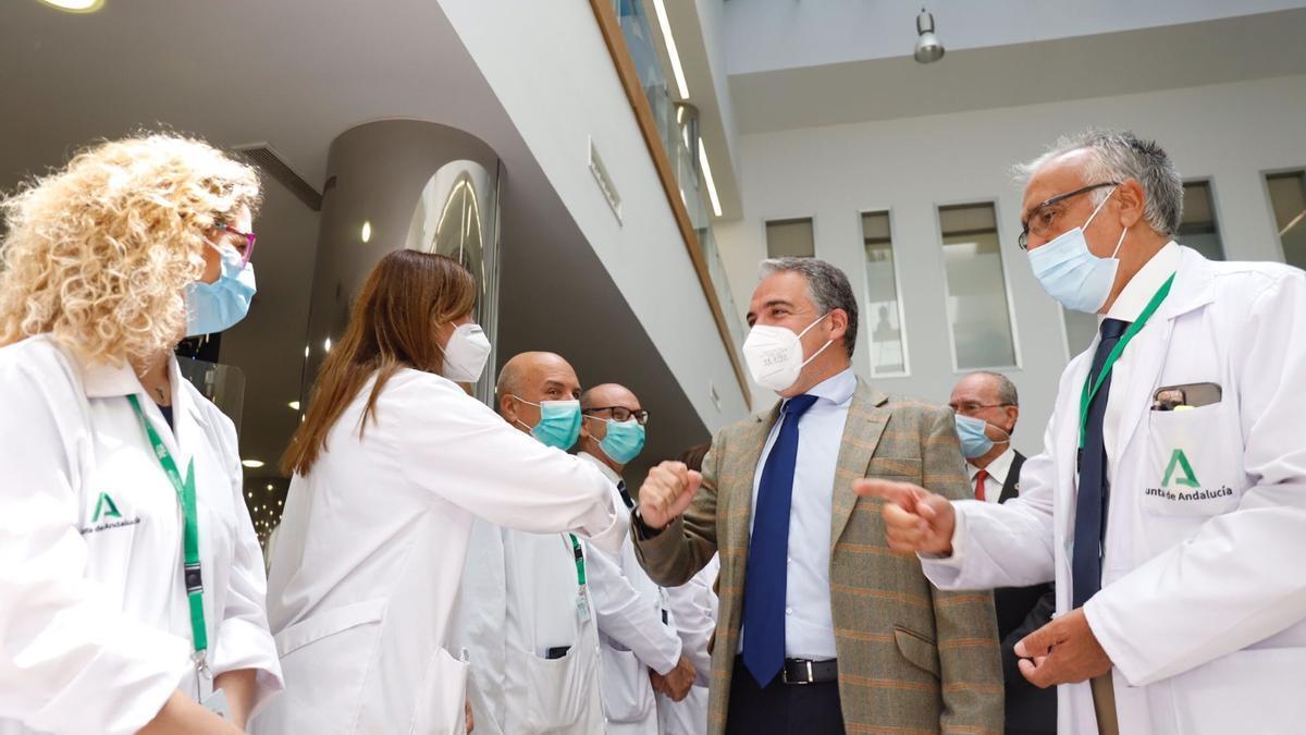 Elías Bendodo visita las instalaciones de la nueva unidad de ictus del Clínico