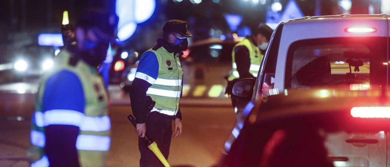 Controles policiales tras los cierres perimetrales. | JULIÁN RUS