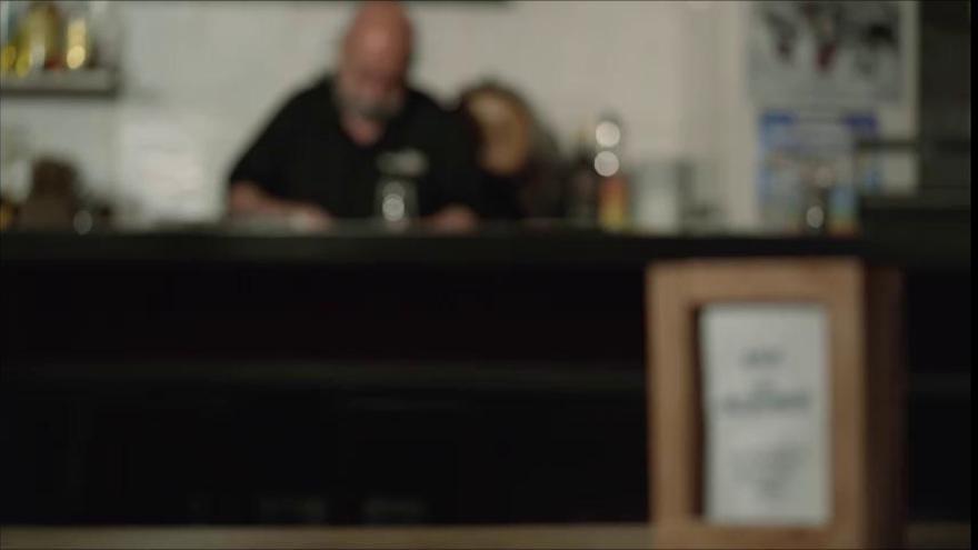 Elche lanza una campaña de apoyo al comercio y la hostelería locales con un homenaje al centenario bar Casa Villalobos