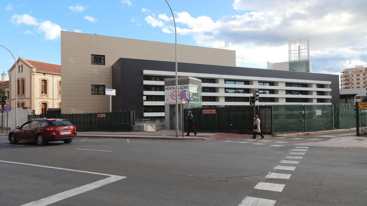 Edificio de oncología del Provincial, cuya fachada y estructura está desde hace años a falta de completarlo por dentro.
