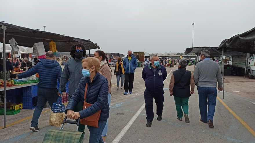 Torrevieja mantiene a medio gas el mercadillo semanal desde diciembre ante la indignación de los mercaderes