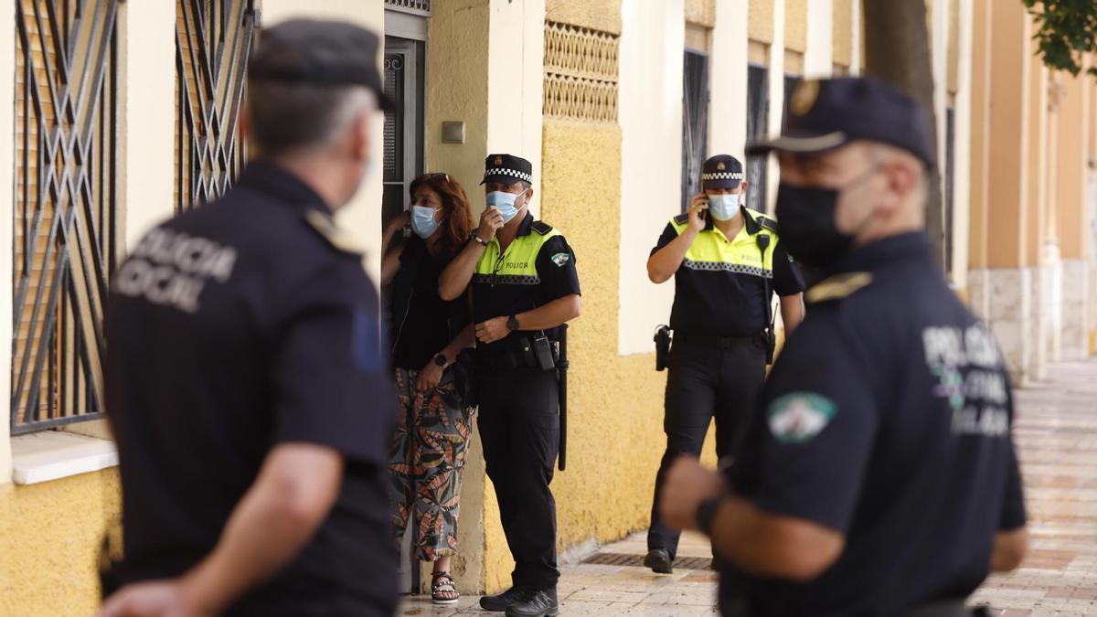 Policías tras un crimen de violencia machista en Málaga.