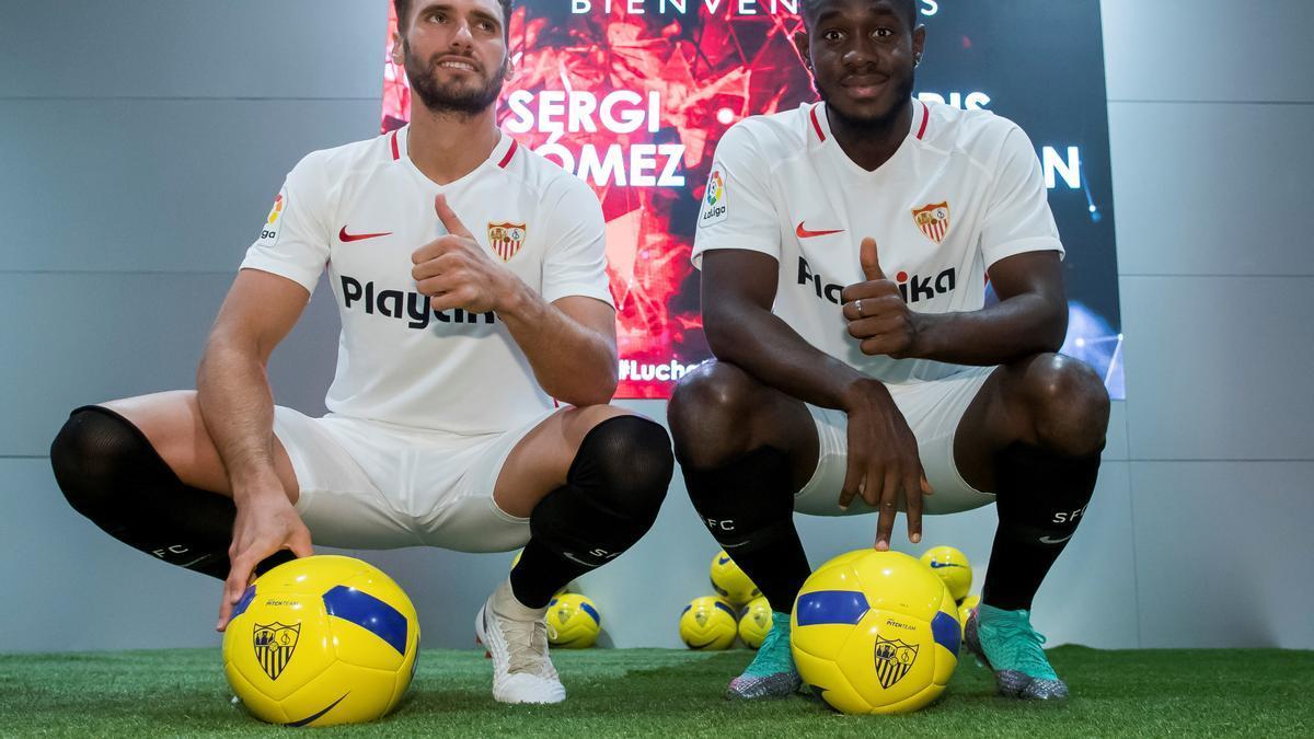 Sergo Gómez, a la izquierda, el día de su presentación con el Sevilla