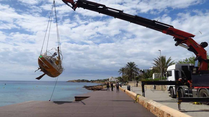 Así retiran un velero encallado en una playa de Ibiza