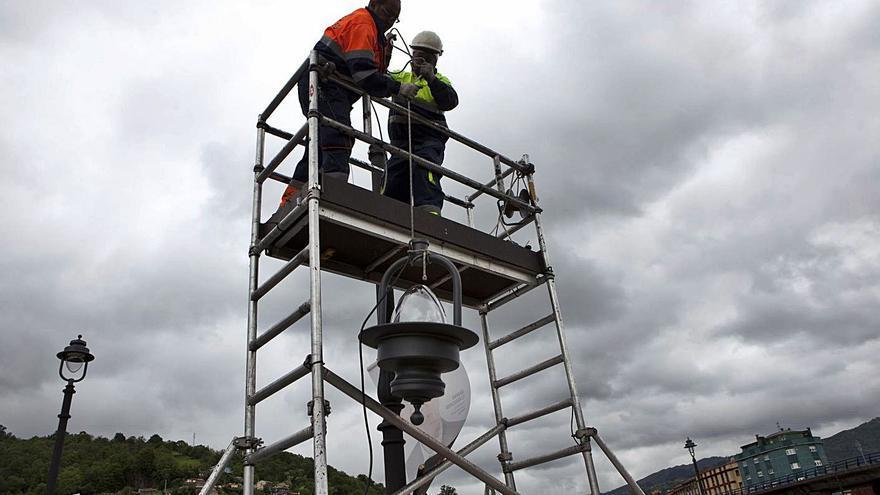 Langreo invierte otro millón en mejorar la iluminación: ya van 4,5 en los últimos años