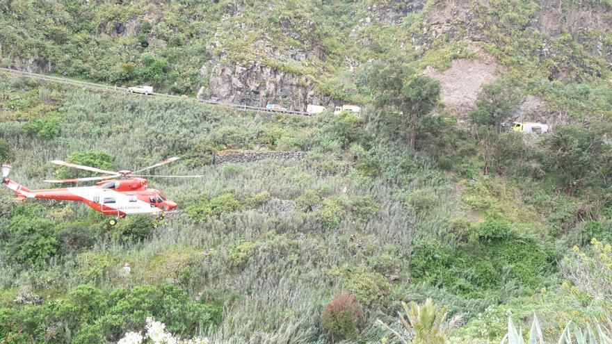 Un coche cae por una ladera en Moya